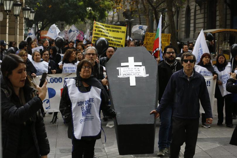 """Docentes realizan """"funeral"""" por la educación pública en segundo día de paro"""