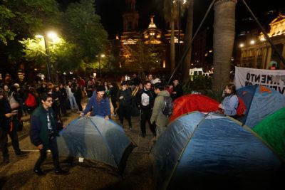 """Estudiantes levantaron un campamento """"indefinido"""" en Plaza de Armas"""