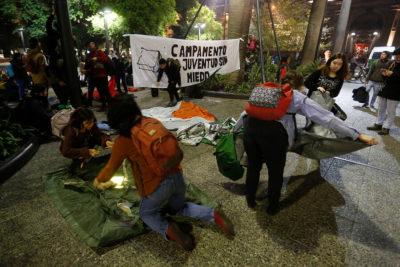"""Una veintena de detenidos deja desalojo de campamento """"Juventud sin miedo"""" en Plaza de Armas"""