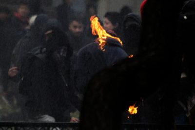 VIDEO | Encapuchados se quemaron tras lanzar una molotov en marcha de profesores