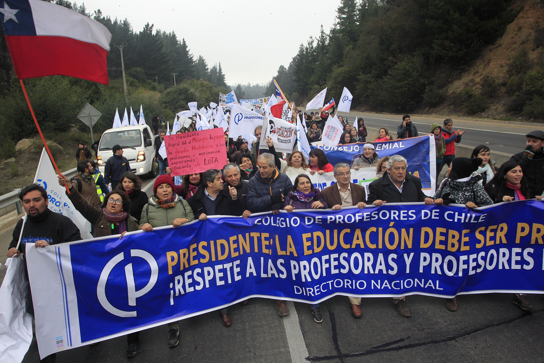 Comenzó marcha de profesores en Valparaíso: en la tarde se reúnen con el Mineduc