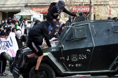 """""""Mochilazo"""" de estudiantes secundarios terminó con 30 detenidos en Paseo Bulnes"""