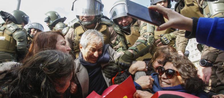 Presidente del Colegio de Profesores fue detenido en medio de protesta frente a La Moneda
