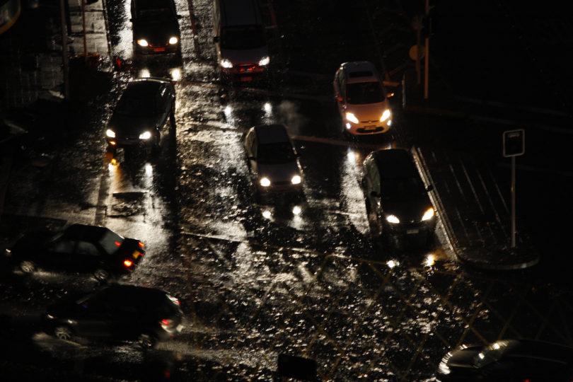 Cortes de luz y pasos anegados: estos son todos los puntos afectados por las lluvias en Santiago