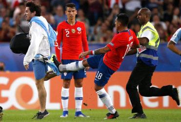 Gonzalo Jara derribó de una patada a fanático que entró a la cancha