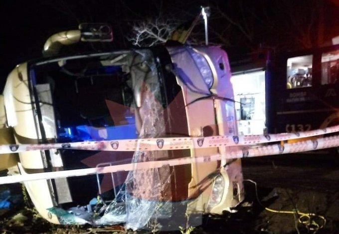 Región del Maule: tres fallecidos deja volcamiento de bus en San Clemente