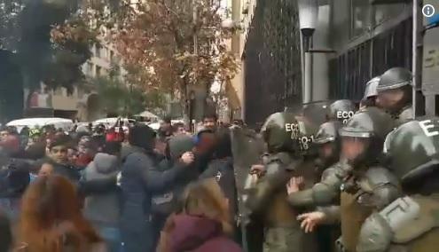 Manifestantes se tomaron oficina del Serviu y destruyeron documentos oficiales