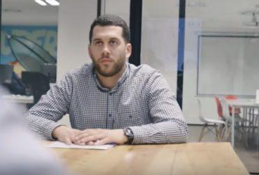 Hombre de 59 años consiguió trabajo gracias al vídeo viral de su hijo