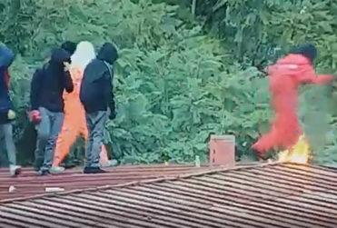 Instituto Nacional: captan momento en que joven se quema con bomba molotov