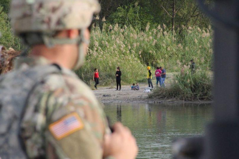FOTO | La cara trágica de la migración: Padre e hija murieron abrazados al intentar cruzar el río Bravo