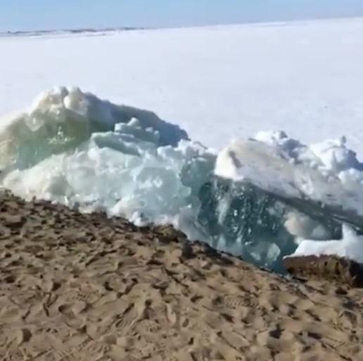 VIDEO | Terrorífico tsunami de hielo sorprende a los habitantes de Rusia