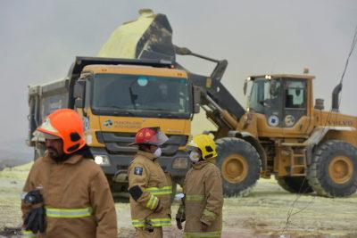 Extinguen incendio en acopio de azufre en Alto Hospicio