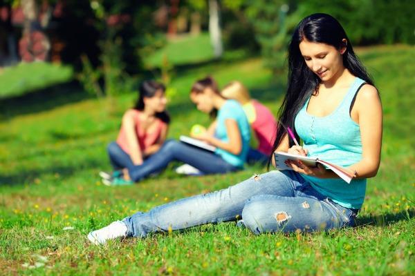 Trabajo doméstico: una de las principales razones de las jóvenes chilenas para no estudiar ni sumarse al mercado laboral