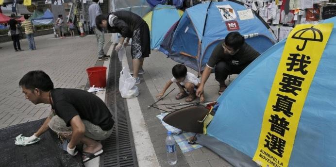 Para imitar: Manifestantes limpiaron las calles después de protestar