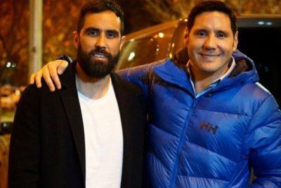 Claudio Bravo se unió a Pancho Saavedra en jornada solidaria por las calles de Santiago