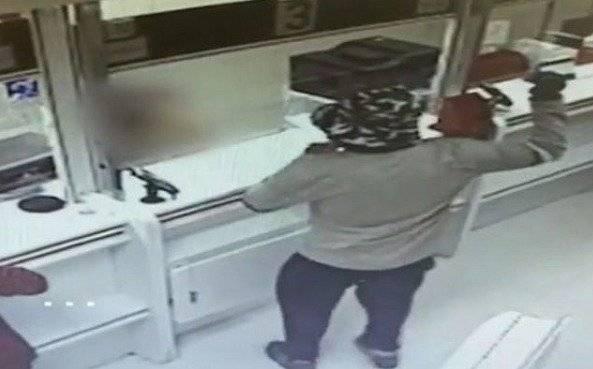 El robo más insólito del año: asaltó dos bancos armado con una palta