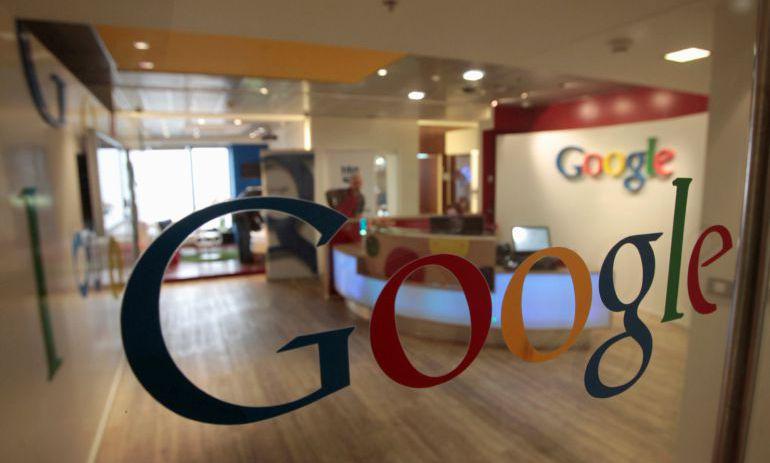 El gran espía: Google reconoce que escucha las conversaciones de los usuarios con su asistente virtual