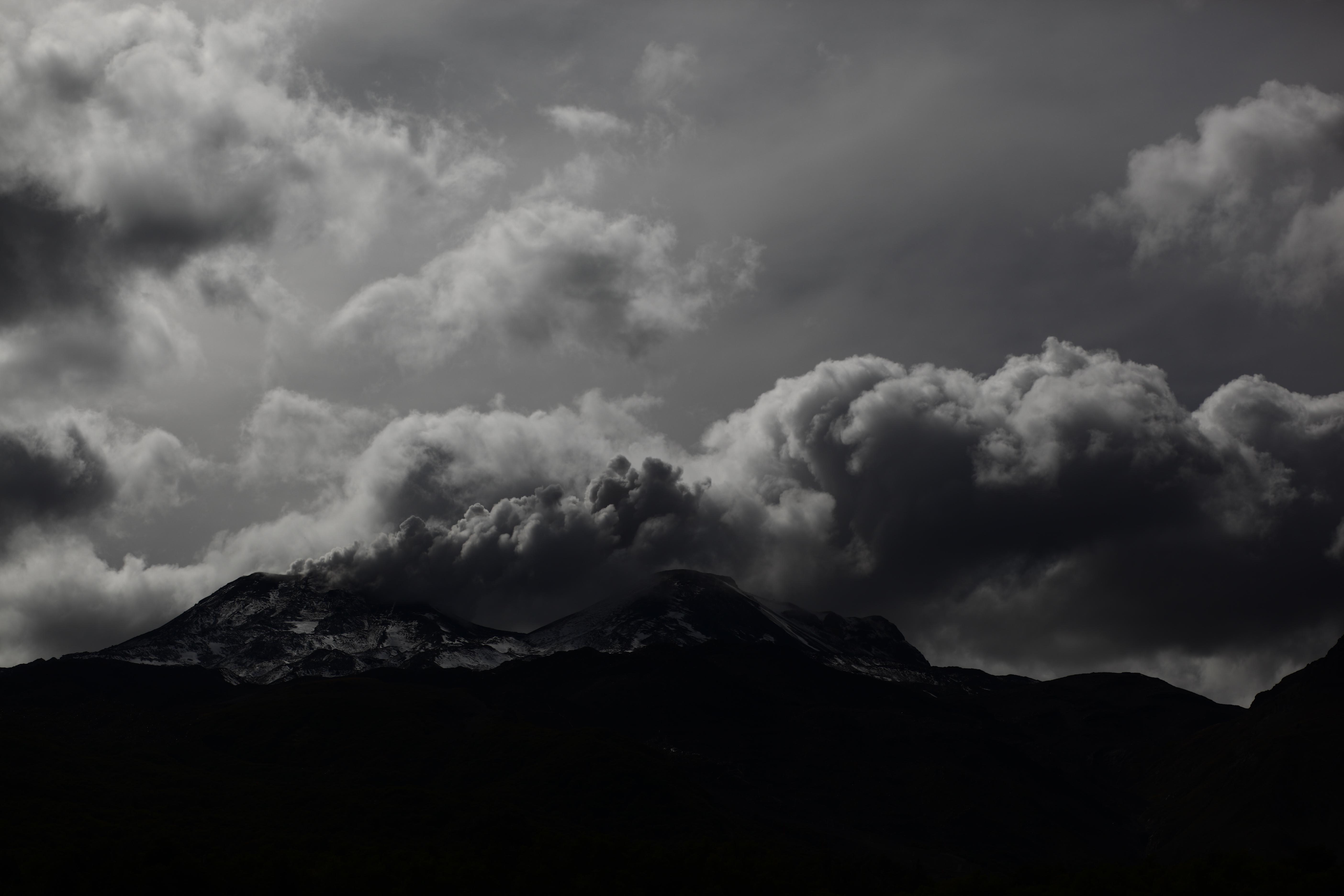 """""""Sernageomin alertó de explosión y salida de material piroclástico en Nevados de Chillán"""""""