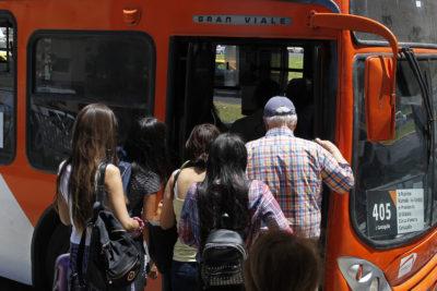 Hogares del Gran Santiago gastan en promedio $155.000 en movilizarse al trabajo, estudio y servicios