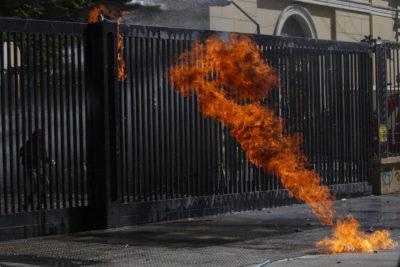Encapuchado fue alcanzado por las llamas de una bomba molotov en nuevos incidentes en el Instituto Nacional