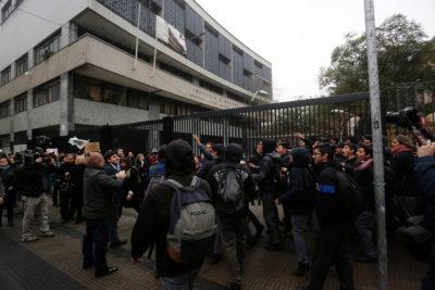 Encapuchados lanzan molotov desde el interior del Instituto Nacional en jornada de regreso a clases