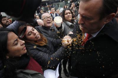 FOTOS |Apoderados escupieron y lanzaron café a diputados que visitaron el Instituto Nacional