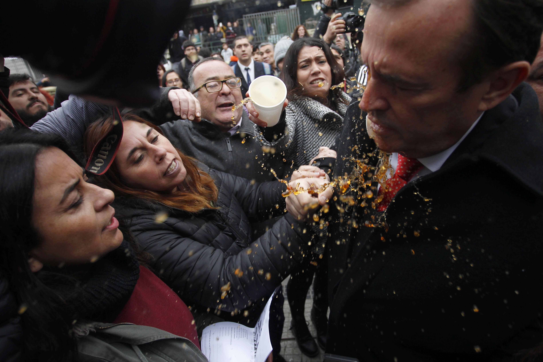 FOTOS  Apoderados escupieron y lanzaron café a diputados que visitaron el Instituto Nacional