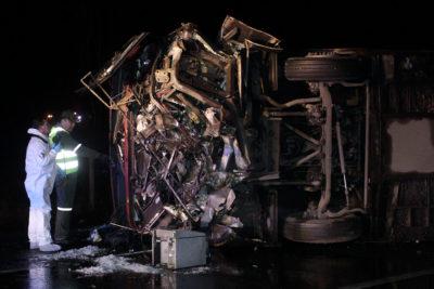Entregan identidad de los seis pasajeros que murieron tras volcar bus
