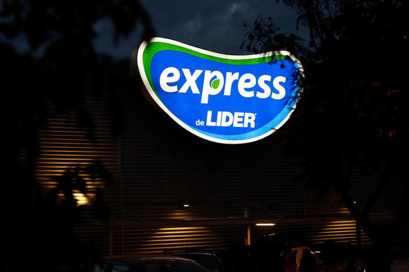 """Walmart se querella por """"desórdenes públicos"""" en Valdivia tras huelga"""