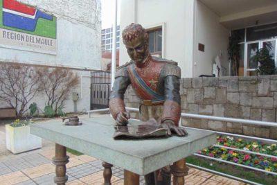 """""""Ya parece chiste"""": por segunda vez robaron pluma a estatua de O'Higgins en Talca"""