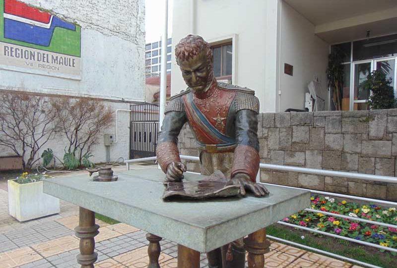 Talca: estatua de Bernardo O'Higgins fue atacada por grupo ambientalista