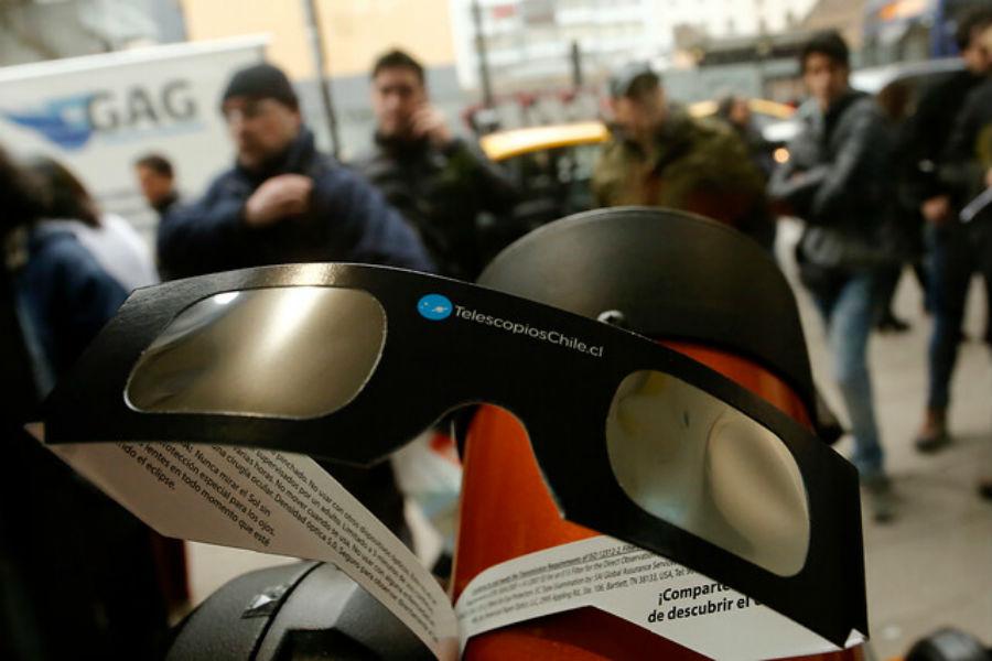 ¿Qué hacer con los lentes usados en el eclipse solar?
