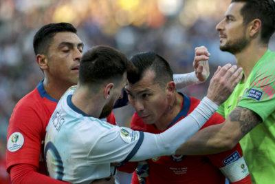 Gary Medel recibió sanción de un partido y multa por incidente con Messi