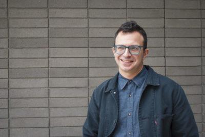 """Daniel Borzutzky, poeta de padres chilenos que reside en EE.UU.: """"La idea de que el gobierno existe para ayudar al público, ha colapsado"""""""