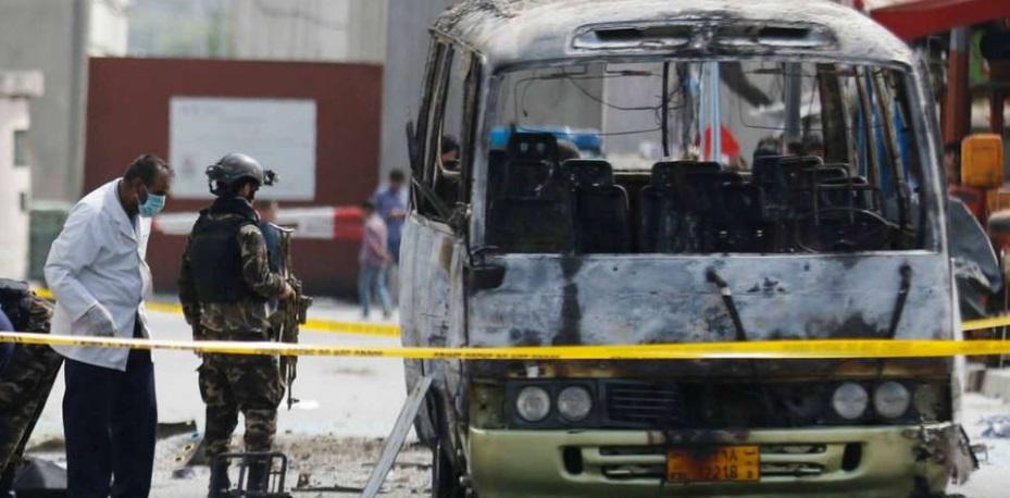 """""""Afganistán: Más de 30 personas murieron y decenas quedaron heridas por la explosión de una bomba en un bus"""""""