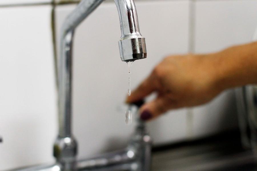 Esval reconoce alteración en calidad de agua que descarga en estero de Valparaíso