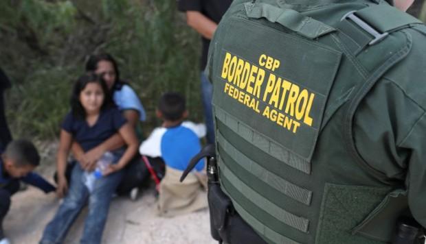 Denuncian abusos sexuales de agente fronterizo de EEUU a menores migrantes
