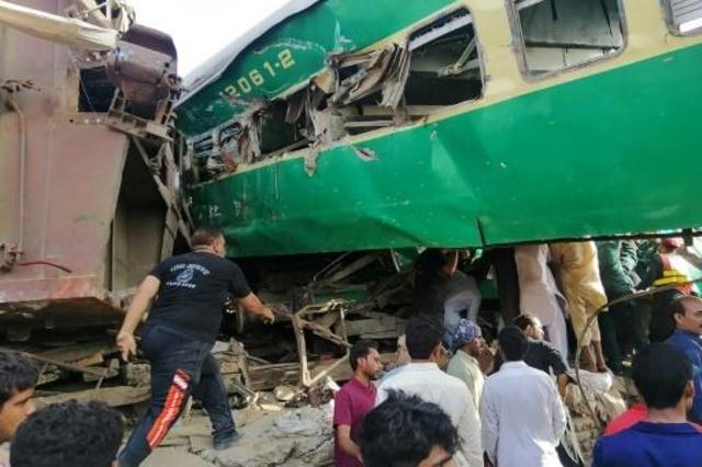 Terrible choque de trenes dejó más de 20 fallecidos en Pakistán