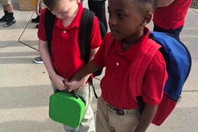 La conmovedora imagen de un niño consolando a su compañero con autismo que se ha vuelto viral
