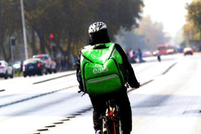 Las Condes multó a UberEats y Pedidos Ya por no pedir carnet al vender alcohol