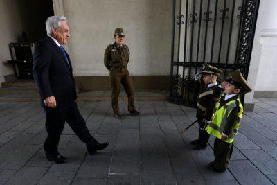 FOTOS | Sebastián Piñera es recibido por niños carabineros en La Moneda
