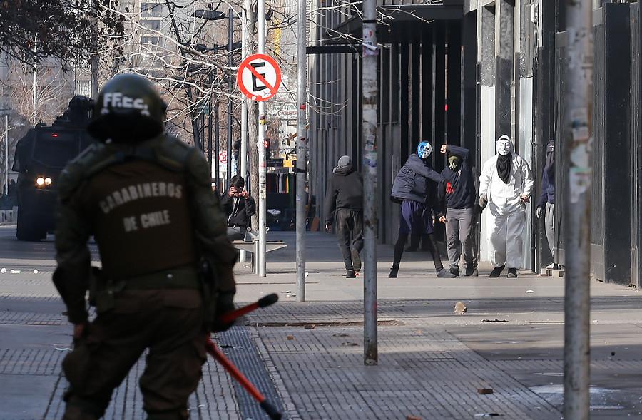 Encapuchados se enfrentaron a Carabineros en el Instituto Nacional