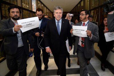 VIDEO | Prensa del Congreso realizó sorpresiva protesta contra ministro Espina por espionaje