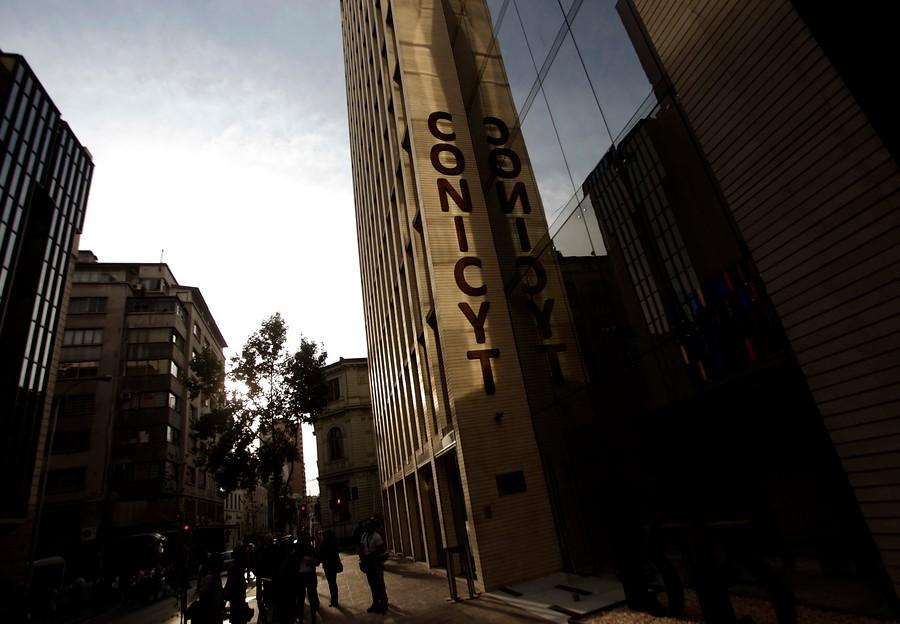 Paro en Conicyt: trabajadores se enfrentan con Ministerio de Ciencia