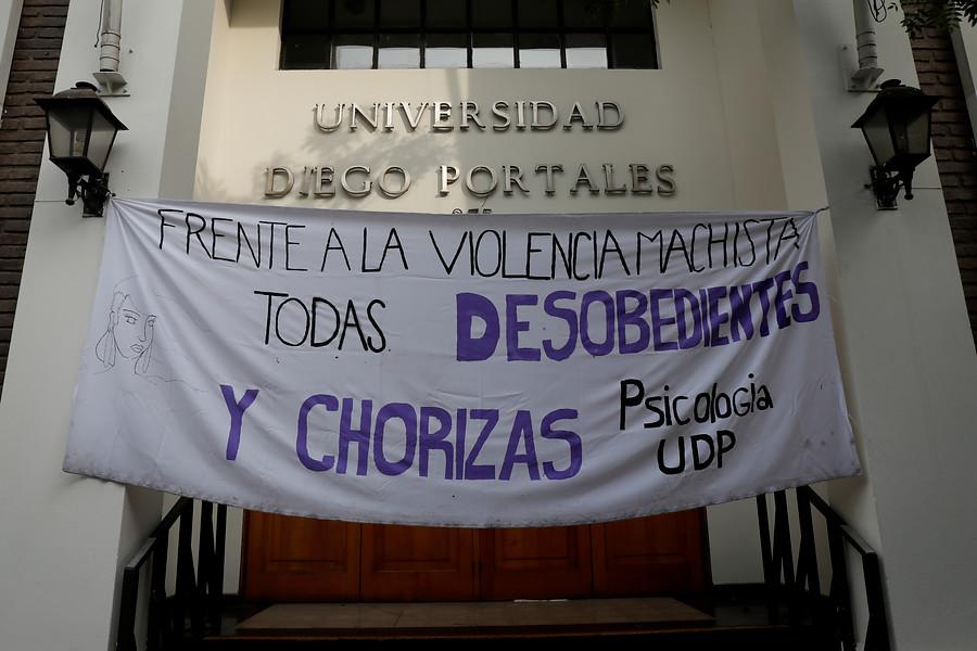 """""""Toma feminista en UDP por filtración de denuncias de acoso contra profesor"""""""