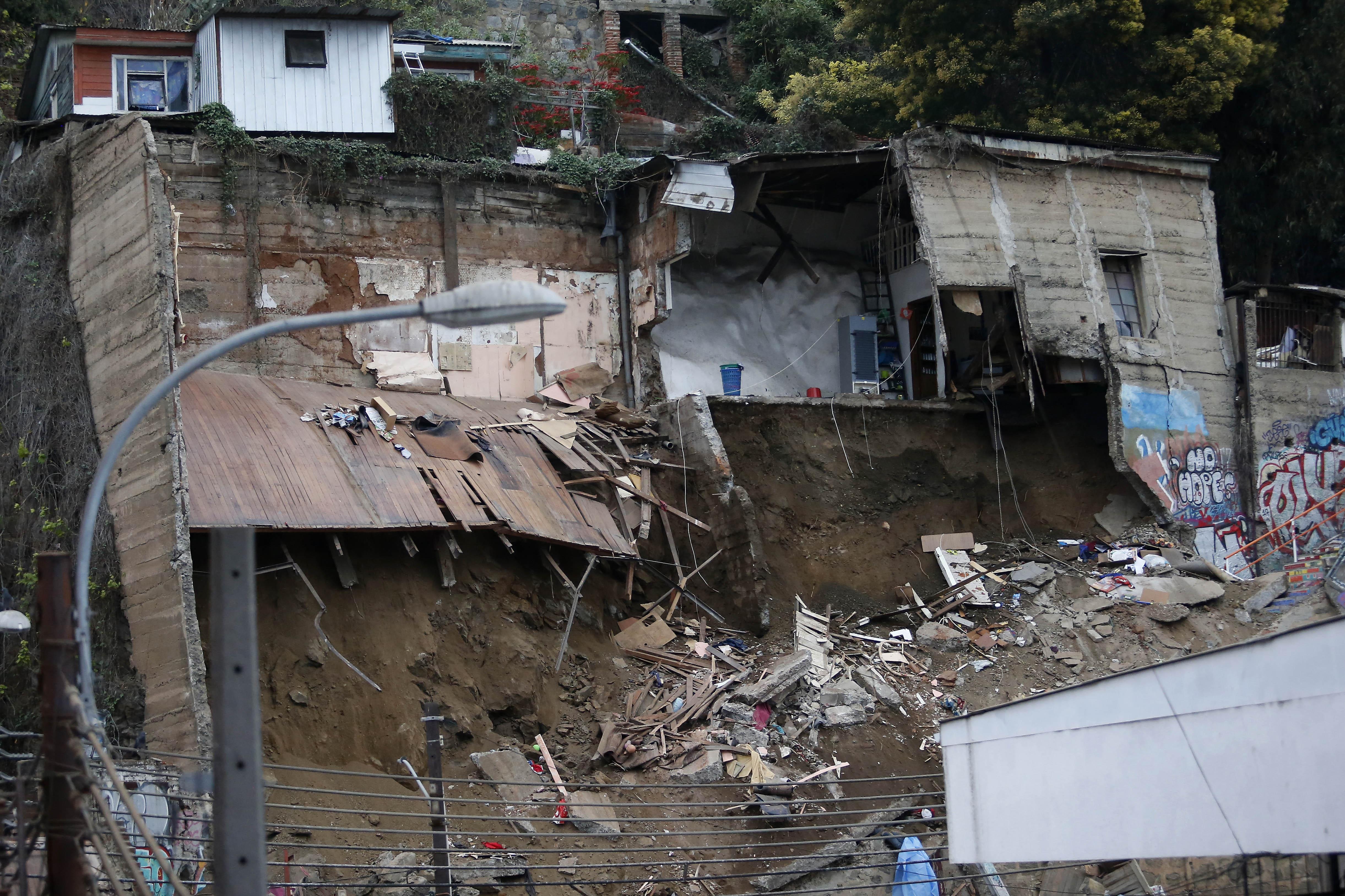 Aumentan a seis las víctimas fatales por derrumbe de vivienda en Valparaíso