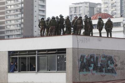 Fuerzas Especiales de Carabineros se instaló en el techo del Instituto Nacional