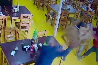 """VIDEO: trabajadores repelen a """"sillazos"""" asalto en restaurante de Santiago"""