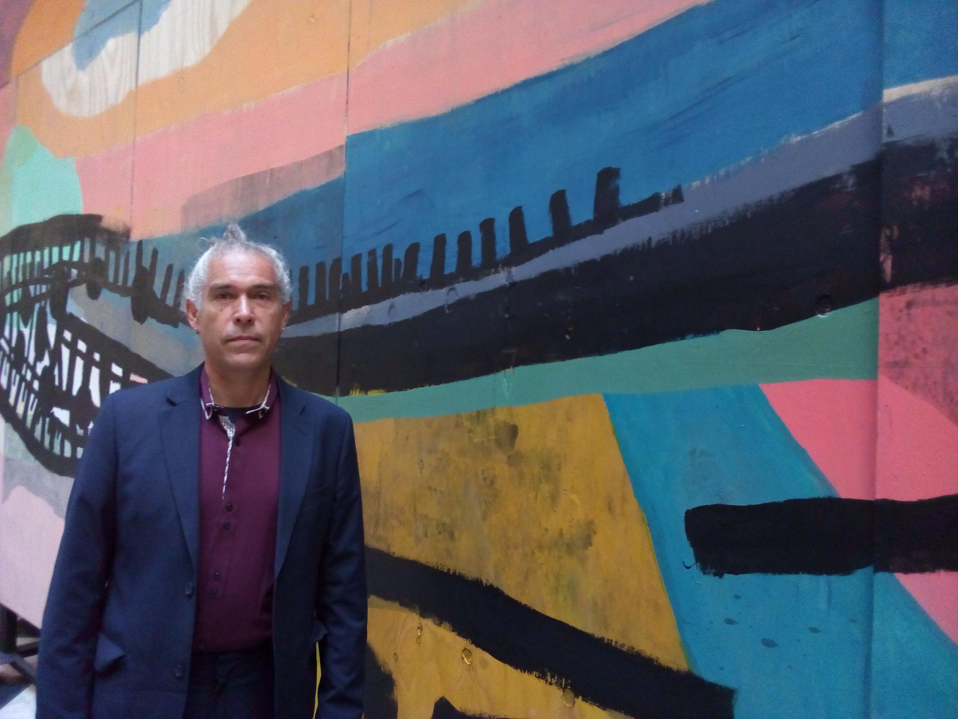 """""""Ciro Beltrán y sus motivaciones para crear el mural de la estación Chile-España: """"Hice toda mi vida en ese barrio"""""""""""
