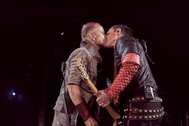 VIDEO | Integrantes de Rammstein se besan en concierto en Rusia para criticar leyes anti LGBTI+